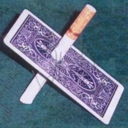 Carta atravesada por Cigarro en Bicycle (Cigarette Through Card)